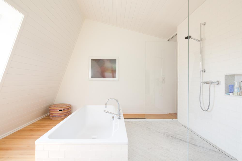Das Bad Wurde In Ein Dachzimmer Verlegt. Das Ursprüngliche, Sehr Kleine 60er  Jahre Badezimmer